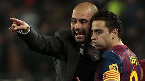 Guardiola (trái) đã nâng tầm Xavi lên thành một trong những tiền vệ dẫn dắt lối chơi hay nhất lịch sử bóng đá thế giới. Ảnh: Reuters.