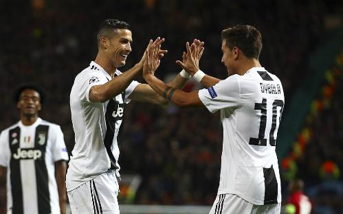 Dybala chia vui với Ronaldo sau bàn mở tỷ số. Ảnh:AP.