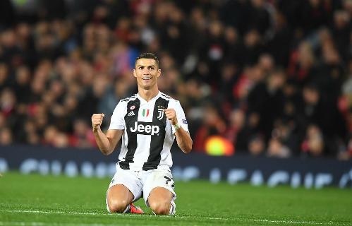 Ronaldo ngồi xuống sân mừng chiến thắng sau khi trọng tài thổi còi hết giờ. Ảnh:DM.