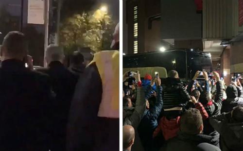 Mourinho (trái) quyết định đi bộ trong khi xe chở các cầu thủ bị cổ động viên vây kín.