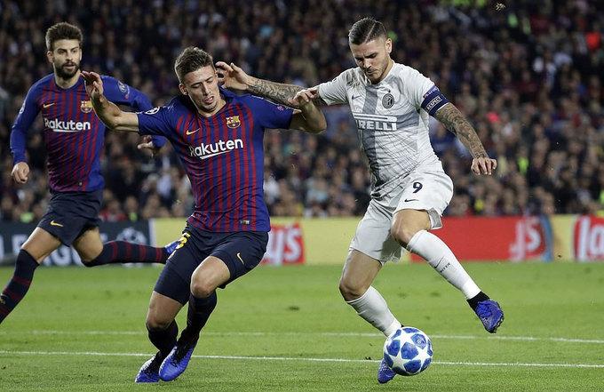 Messi đến sân cổ vũ Barca với cánh tay băng bó