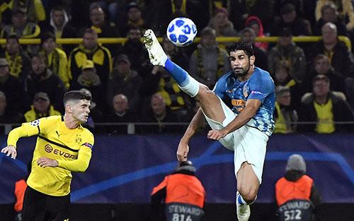Diego Costa (phải) có ngày thi đấu dưới sức. Ảnh: AP.