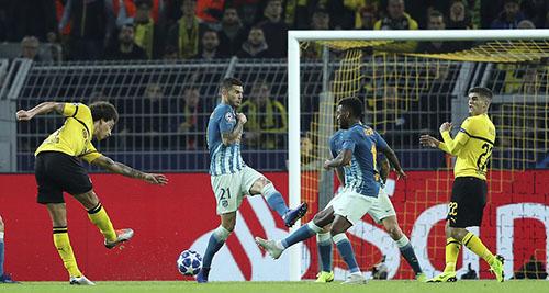 Wilsel mở ra chiến thắng cho chủ nhà Dortmund bằng một cú dứt điểm tầm xa chuẩn xác. Ảnh: AP.