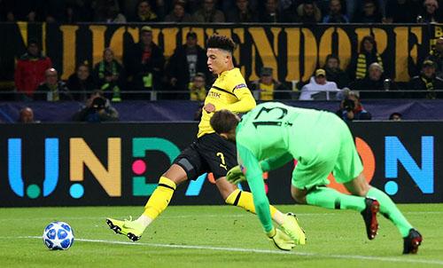 Tài năng trẻ sáng giá của Dortmund, Sancho nâng tỷ số lên 3-0 bằng pha đệm bóng cận thành. Ảnh: Reuters.