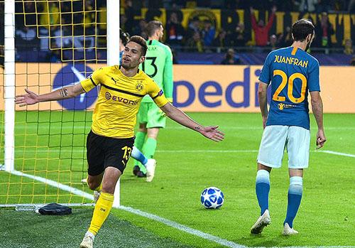 Guerreiro là người hùng của Dortmund tối 24/10 khi lập cú đúp. Ảnh: Reuters.