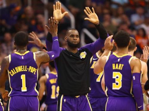 LeBron James (áo dài tay) chia vui cùng các đồng đội sau chiến thắng đầu tiên trong mùa giải. Ảnh: USA Today.