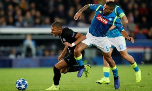 Mbappe và đồng đội gặp khó trước lối chơi quyết liệt của đối thủ. Ảnh: Reuters.