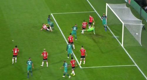 Kane được cho là không tham gia vào tình huống bóng ở bàn thắng bị từ chối của Sanchez. Ảnh: BT Sport.