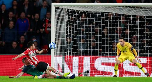 Lozano mở tỷ số sau sai lầm của Alderweireld. Ảnh: Reuters.