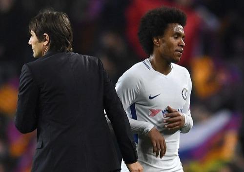Willian và HLV Conte khi còn làm việc chung. Ảnh:AFP.