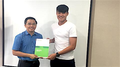 Trưởng đoàn CLB HAGL Nguyễn Tấn Anh trao hợp đồng ký kết với Hoàng Lâm.