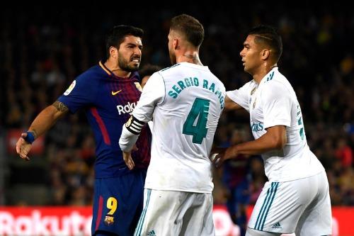 Barca đang dẫn đầu La Liga trong khi Real chỉ đứng thứ bảy. Ảnh:AFP.