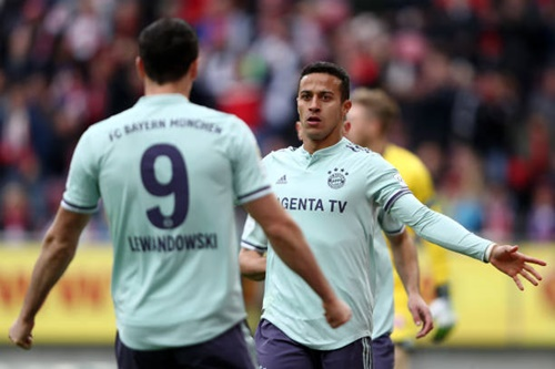 Thiago mừng bàn nâng tỷ số lên 2-1 với Lewandowski. Ảnh: Reuters.