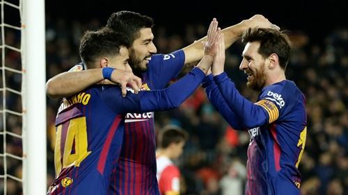 Coutinho và Suarez cần lấp khoảng trống Messi để lại. Ảnh: AP.