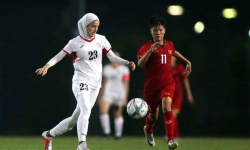 Jordan (áo trắng) dưới cơ so với U19 nữ Việt Nam. Ảnh: VFF.