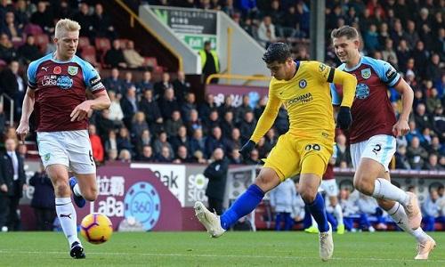 Burnley không thể bắt kịp lối chơi của Chelsea và thường xuyên phải đuổi theo bóng. Ảnh: AFP.