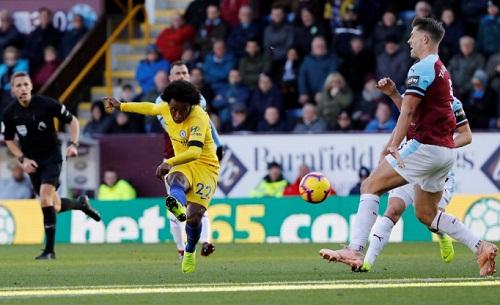 Willian độc diễn ghi bàn, nâng tỷ số lên 3-0 cho Chelsea. Ảnh: Reuters.