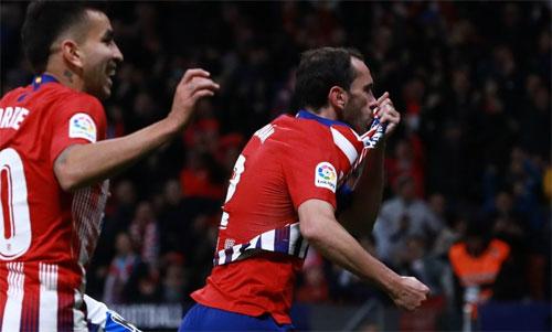 Atletico có được niềm vui an ủi sau thất bại nặng nề tại Champions League. Ảnh: Reuters
