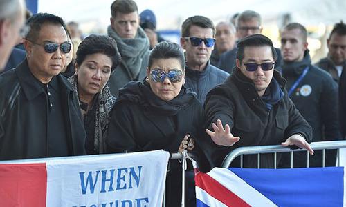Vợ con bật khóc khi đặt hoa tưởng niệm cố Chủ tịch Vichai