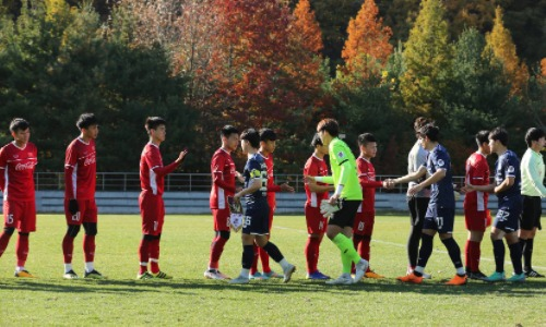 Cầu thủ hai đội làm thủ tục trước trận đấu. Ảnh: Onsport.