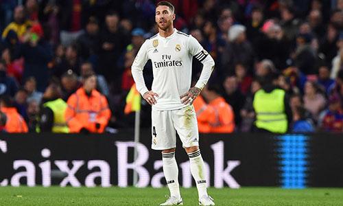 Đội trưởng Ramos thất thần nhìn Barca đại thắng. Ảnh: EPA.