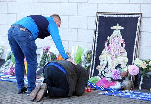 Nhiều CĐV Leicester đã mang hoa tới cạnh sân King Power để cầu nguyện cho Chủ tịch Leicester. Ảnh: EPA.