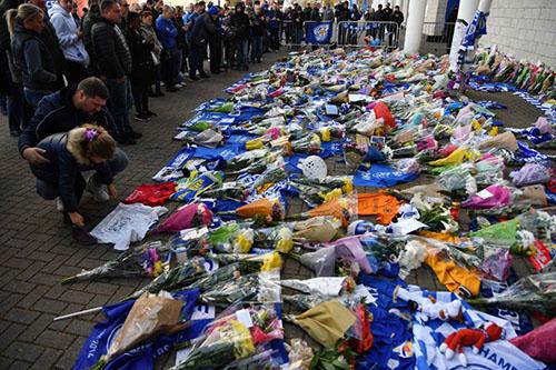 Những chiếc áo đấu của Leicester được CĐV để dưới những bó hoa. Người hâm mộ Leicester rất biết ơn cố Chủ tịch Vichai, sau chức vô địch Ngoại hạng Anh mùa 2015-2016. Ảnh: AP.