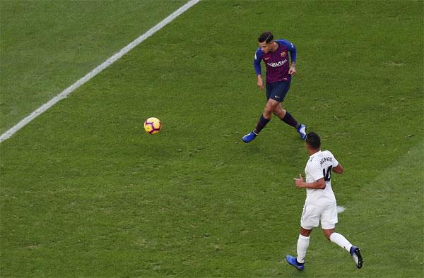 Coutinho dễ dàng mở tỷ số từ đường chuyền như đặt của Alba. Ảnh: Reuters