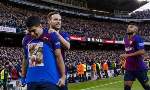 Suarez chia vui sau quả phạt đền thành công. Ảnh: Marca
