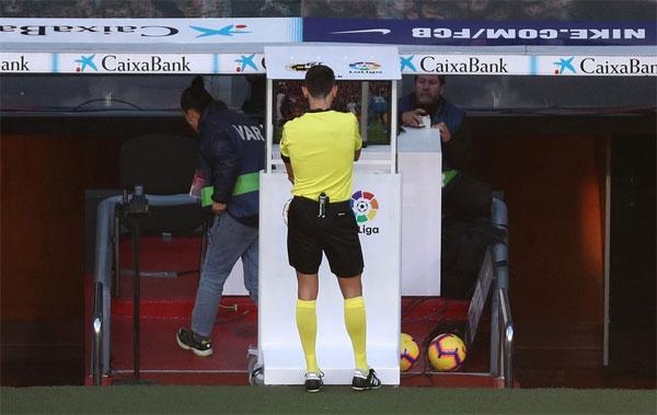 Trọng tài dùng VAR mới quyết định cho Barca hưởng phạt đền.