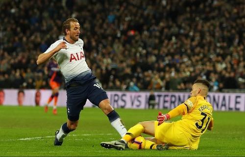 Harry Kane có cơ hội đối mặt thủ môn Ederson trong hiệp một nhưng pha đẩy bóng dài khiến tiền đạo Tottenham không thể dứt điểm. Ảnh:AFP.