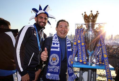 Mahrez và ông Vichai khi mới giành chức vô địch Ngoại hạng Anh. Ảnh:Reuters.
