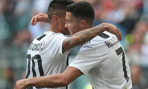 Ronaldo và Cancelo đều đang chơi thành công tại Juventus. Ảnh: Reuters