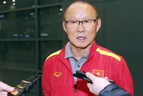 HLV Park Hang-seo cho biết trợ lý Lee Young-jin chính là người gợi ý đưa tuyển Việt Nam sang Paju, Hàn Quốc để tập huấn. Ảnh: Yonhap