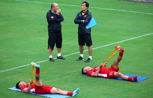 HLV Park Hang-seo cùng các cầu thủ đang tập luyện tại Trung tâm đào tạo trẻ của VFF. Ngày 16/10 đội sẽ lên đường sang Hàn Quốc tập huấn. Ảnh: Quang Minh
