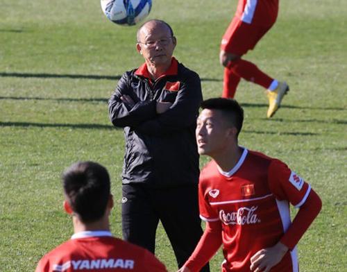HLV Park Hang-seo theo dõi tuyển Việt Nam tập luyện tại Trung tâm thể thao Paju, Hàn Quốc chiều 18/10. Ảnh: Yonhap