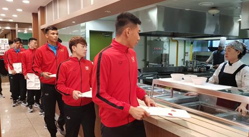 Các cầu thủ Việt Nam cho biết rất quen với ăn đồ Hàn Quốc. Ảnh: VFF