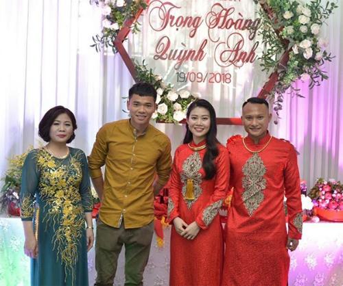Trọng Hoàng (phải) đã lên kế hoạch tổ chức đám cưới từ lâu nên không thể trì hoãn.