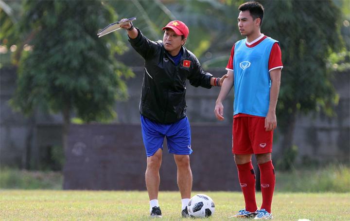 Khi còn là cầu thủ, ông Lee Young-jin từng hai lần dự World Cup. Các cầu thủ Việt Nam rất nể trọng chuyên môn cũng như sự tận tình của vị trợ lý người Hàn Quốc.