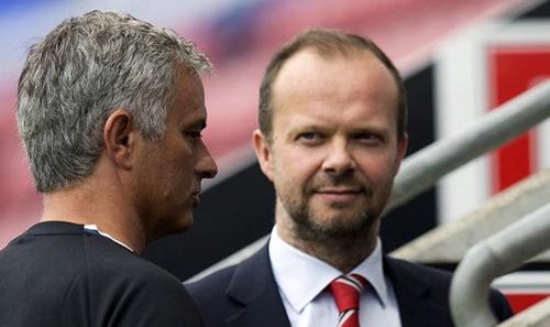 Ed Woodward (phải) thắt chắt hầu bao với những đòi hỏi từ Mourinho. Ảnh: EPA.