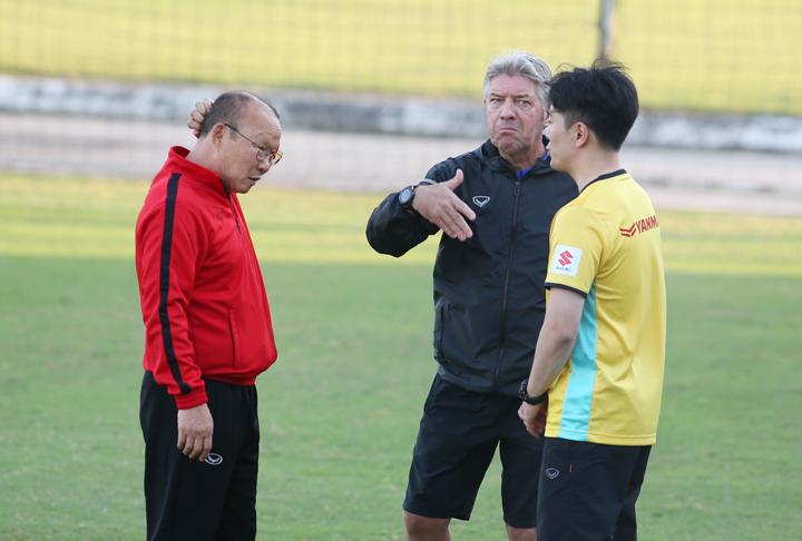 HLV Park Hang-seo trao đổi cùng Giám đốc kỹ thuật Gede thông qua trợ lý ngôn ngữ Chung Kyu-jin. Ảnh: Lâm Thỏa