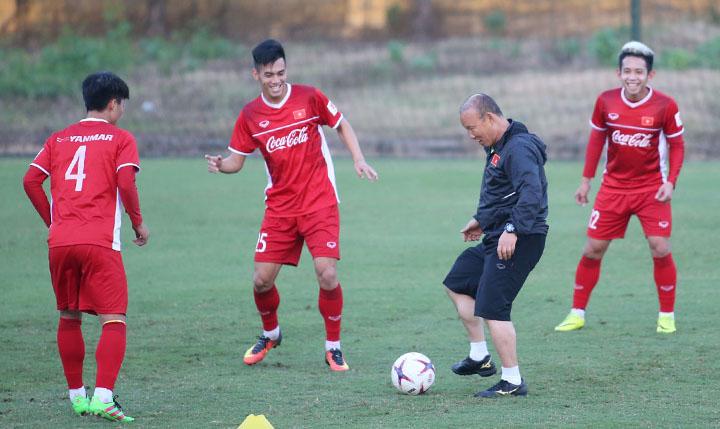 HLV Park Hang-seo vui vẻ chơi đá ma cùng các học trò trong buổi tập chiều 2/11 tại sân Trung tâm đào tạo trẻ VFF. Ảnh: Lâm Thỏa