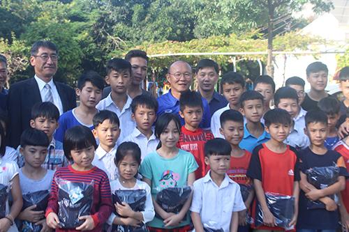 Ông thầy người Hàn Quốc và các em nhỏ cùng hô vang Cố lên.