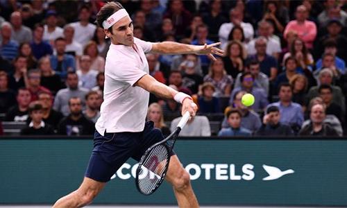 Federer có nhiều pha bóng đẹp trong trận đấu, nhưng không thể đánh bại sự lỳ lợm của Djokovic. Ảnh: Sky.