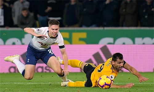 Foyth suýt làm hỏng chiến thắng của Tottenham với hai tình huống phạm lỗi thô thiển, dẫn tới hai bàn thua từ các quả phạt đền.