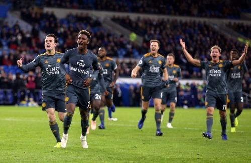Toàn đội Leicester cùng nhau chung vui bàn thắng với cổ động viên. Ảnh:AFP.
