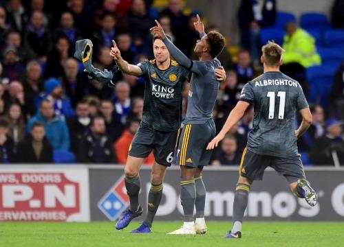Gray cởi áo và giơ tay lên trời làm dấu dành tặng bàn thắng cho vị cố chủ tịch. Ảnh:AFP.