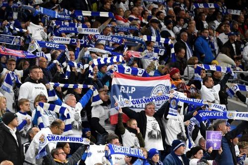 Cổ động viên Leicester mặc áo và mang biểu ngữ tri ân ông Vichai. Ảnh:Reuters.