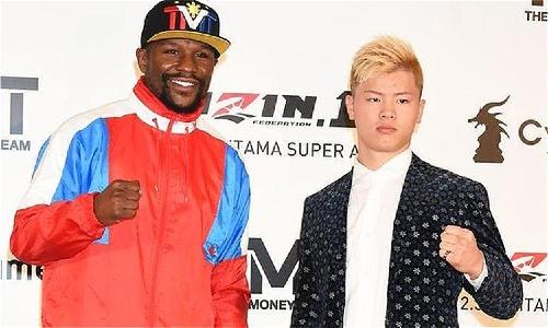 Mayweather và Nasukawa trong buổi họp báo ra mắt trận đấu. Ảnh:AFP.
