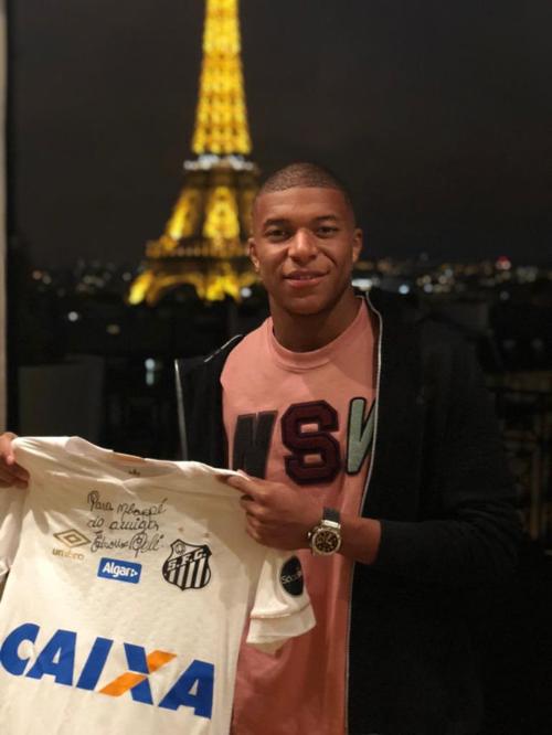 Pelé dành tặng cho Mbappé chiếc áo đấu của câu lạc bộ Santoscùng với chữ ký của ông.